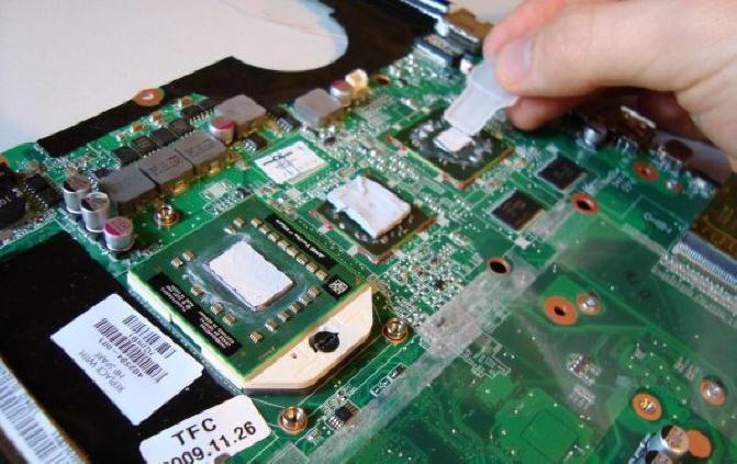 Нанесение термопасты на процессор ноутбука